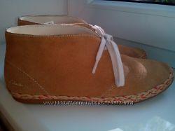 Стильные замшевые  ботиночки CLARKS р-р  35 стелька 22 см