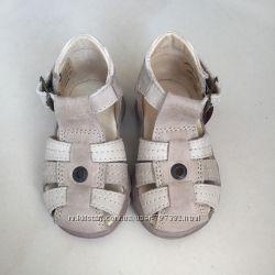 Новые кожаные босоножки сандали шлёпанцы  туфли с закрытым носком Andrе