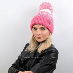 Вязаная женская шапка с пышным ниточным помпоном