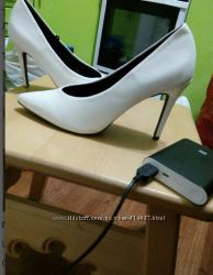 Красивые белые туфли лодочки