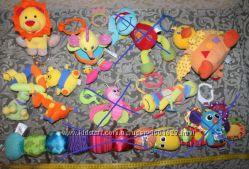 Развивающие фирменные игрушки- погремушки-подвески-гусеницы Lamaze для шезл