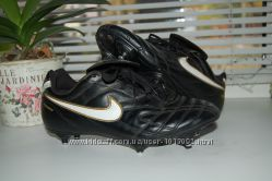 Футбольные бутсы Nike чёрные.