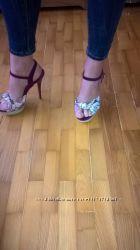 Яркие босоножки на высоком каблуке