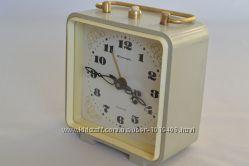 Механические часы-будильник Янтарь производства СССР 80-х годов 20 века