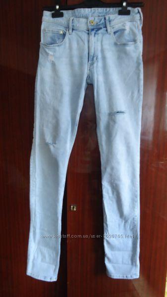 Стильные выбеленные джинсы с дырками