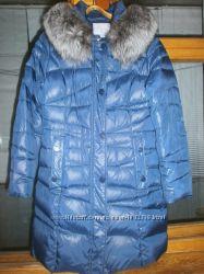 Женский зимний пуховик с натуральным воротником лисы темно-синего цвета