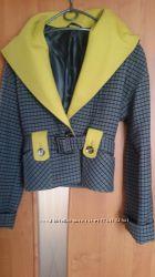 Короткое стильное молодежное пальто с капюшоном