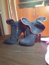 Черные ботинки с красной вставкой