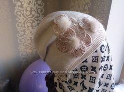 Женственная двойная бежевая шапочка с цветами стразами и мехом в цветах