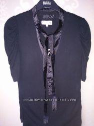 Кофточка-блузка с атласным пояском вокруг горловины для создания банта