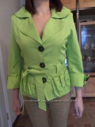 Эффектная ярко салатовая курточка с поясом