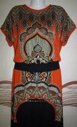 Яркое оранжевое платье с рисунком .