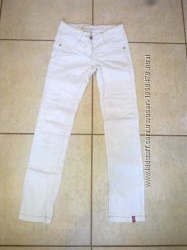 Белые джинсы.