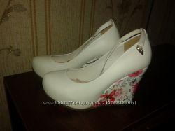 Эффектные белые туфли