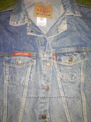 синяя джинсовая куртка