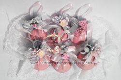 Набор шаров в розово-серой гамме.