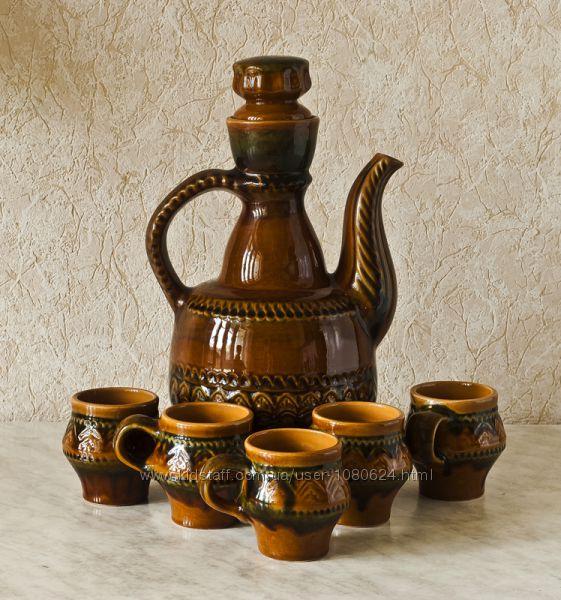 Глиняный графин с чашками.