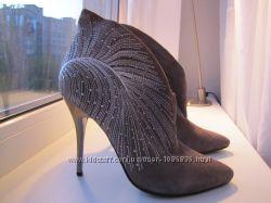 Серые замшевые ботинки ботильены демисезонные