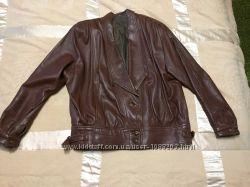 Кожаная куртка коричневого цвета.