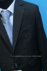 Черный костюм для мальчика с модной отделкой