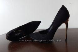 Черные замшевые туфли лодочки на шпильке с золотой вставкой