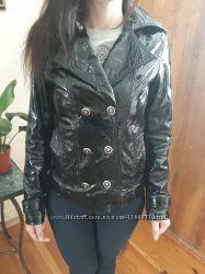 Кожаная лакированая куртка в 42 размере