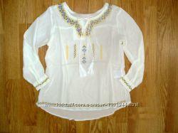 Тонкая белая блузка для девочки с орнаментом