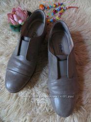 Очень комфортные кожаные туфли clarks , стального цвета.