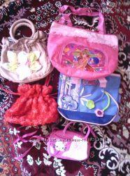 много детских сумочек