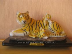 Сувенирная тигрица с тигрятами.