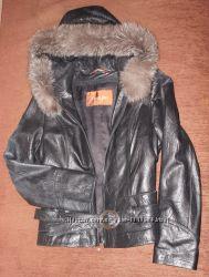 Куртка кожаная с капюшоном и мехом чернобурки Yasiyilu