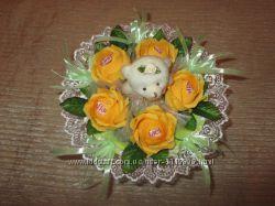 Одноигрушечный букет с мишкой и 5 роз с Рафаэлло в салатово-оранжевом