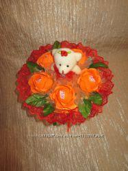 Одноигрушечный букет с мишкой и 5 роз с Рафаэлло в оранжево-красном