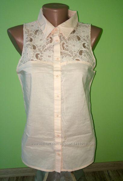 Нежно розовая блуза с кружевом на плечах