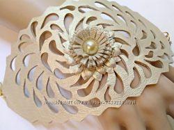 Ажурный кожаный браслет светло золотого цвета.