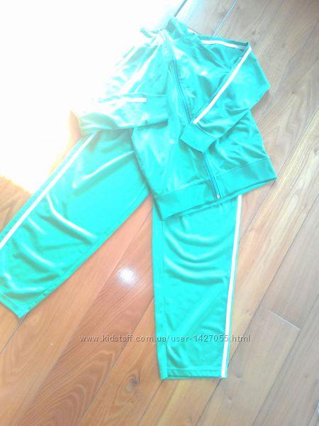 Очень красивый ярко-зеленый спортивный костюм на 7-9л