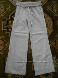 Світлі штани з Old Navy.
