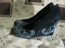 Нарядные замшевые туфли с вышивкой на танкетке Missworld