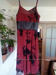 Отличное платье, одето пару раз, подчеркивает фигуру, легкое, эластичное.