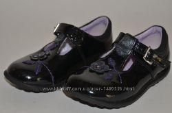Кожаные черные  лакированные туфли Clarks с апликацией для девочки.