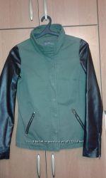 Модная курточка хаки с кожаными рукавами на молнии, размер M.