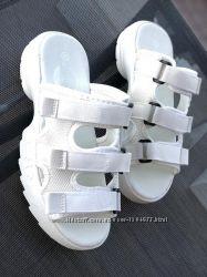 Белые шлёпанцы шлепки фото на ножке наложка