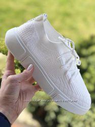 Белые кроссовки фотона ножках наложка