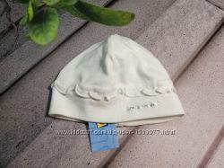 Белая хлопковая шапочка на малютку