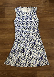 Легкое и удобное женское платье белого цвета с голубыми узорами