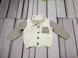Вязанная кофточка для малыша на пуговичках