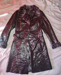 Демисезонное лакированное пальто