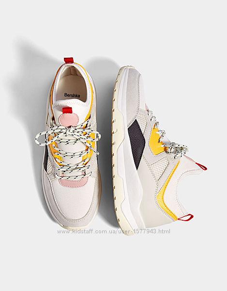 Кроссовки с разноцветными деталями