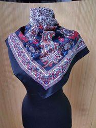 Шелковистый платок черный с узором