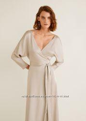 Атласное платье с запахом Mango